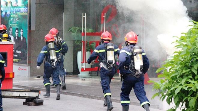 TPHCM đang xem xét sử dụng trực thăng quân đội chữa cháy cho tòa nhà cao tầng. Trong ảnh là đợt diễn tập PCCC ở tòa nhà Vincom (quận 1).