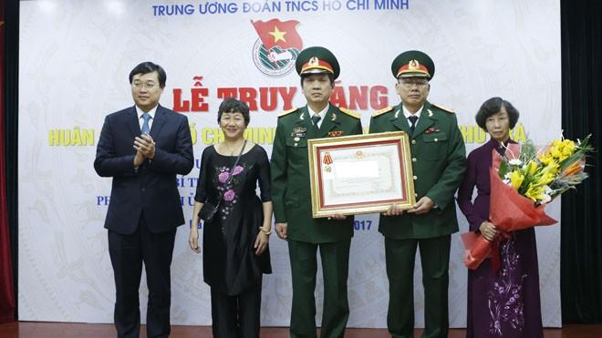 Đại diện gia đình đồng chí Lê Thu Trà nhận Huân chương Hồ Chí Minh