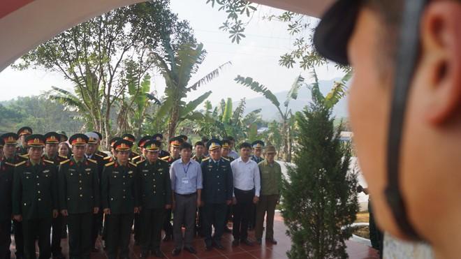 Các đại biểu dâng hương tại khu di tích ra đời Trung đoàn 246 và Chi đoàn Thanh niên cứu quốc đầu tiên trong Quân đội, chiều 8/2
