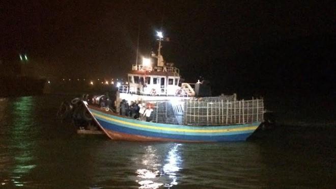 Tàu cứu hộ của lực lượng biên phòng lai dắt tàu cá gặp nạn vào bờ an toàn.