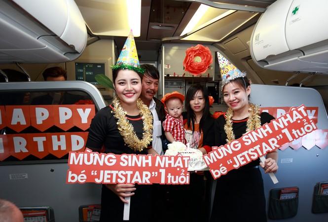 Jetstar Pacific tổ chức tiệc thôi nôi bất ngờ cho em bé Jetstar