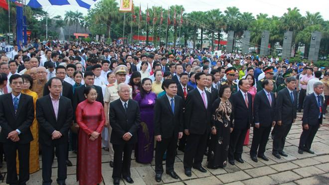 Các vị lãnh đạo tham gia lễ dâng hương, dâng hoa lên các Vua Hùng