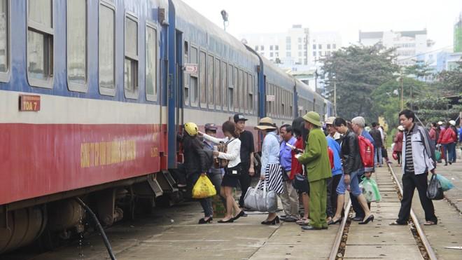 Hàng khách lên tàu tại ga Đà Nẵng. Ảnh: Thanh Trần.