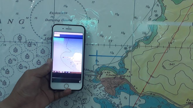 Vị trí xảy ra va chạm khiến tàu QNa 09191 chìm và sơ đồ hành trình của một phương tiên có dấu hiệu bất thường trong đêm 8/4 đang được Biên phòng của khẩu cảng Đà Nẵng điều tra. Ảnh Nguyễn Thành