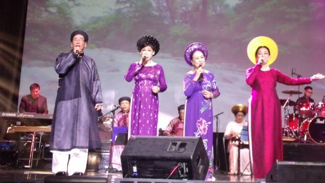 Bác sỹ Đào Duy Anh (David Dao) - (áo đen đeo kính) trong một chương trình âm nhạc Việt Nam tại Mỹ.