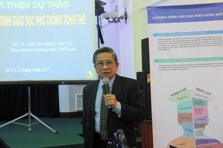 GS Nguyễn Minh Thuyết - Tổng Chủ biên Chương trình giáo dục phổ thông mới - trình bày dự thảo chương trình giáo dục phổ thông tổng thể tại buổi họp báo