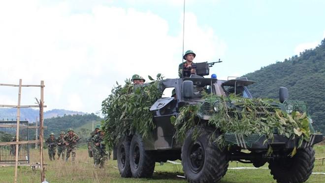 Luyện tập nội dung xe thiết giáp BTR-152 phối hợp bộ binh xung phong vượt cửa mở đánh chiếm đầu cầu
