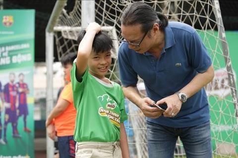 """Cùng con trai Trần Bờm chơi bóng, nghệ sỹ Trần Lực hào hứng cho biết bóng đá là một trong những môn thể thao yêu thích của hai cha con. """"Mỗi đội bóng có lối chơi và phong cách riêng, nhưng tôi ấn tượng Barcelona nhất"""", Trần Lực nói."""