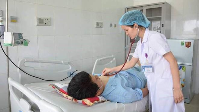 Bác sỹ Bệnh viện HNĐK Nghệ An thăm khám bệnh nhân Ming.
