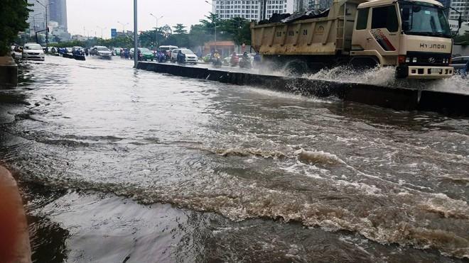 Thủy triều dâng khiến tuyến đường Nguyễn Hữu Cảnh ngập nặng.