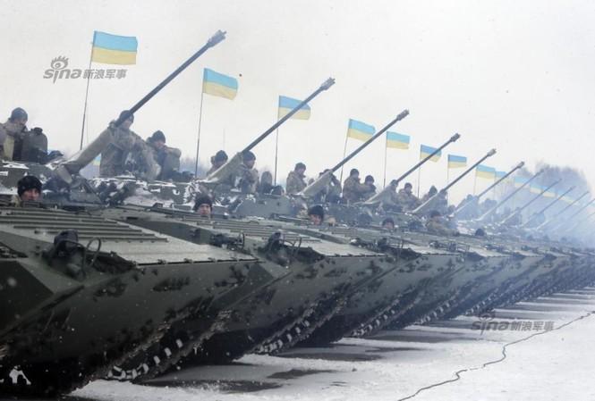 [ẢNH] Ukraine tăng cường vũ khí hạng nặng cho quân đội