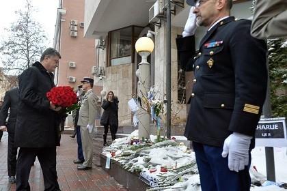 Tổng thống Ukraine đặt hoa tưởng niệm các nạn nhân trong vụ khủng bố tại Pháp hôm 7/1 vừa qua.