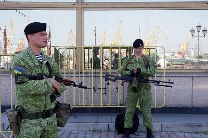 Ukraine nhận 42 container trang thiết bị quân sự Canada