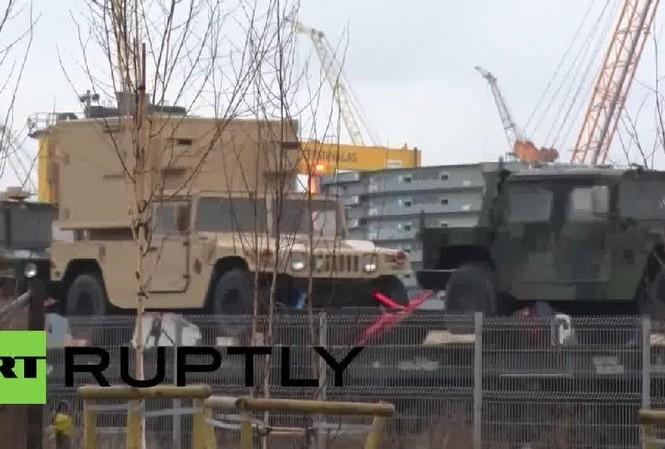 [VIDEO] Thiết giáp Mỹ rầm rập tới Baltic