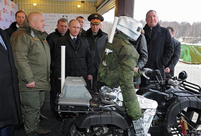 Tổng thống Nga Vladimir Putin quan sát các kỹ năng vận hành của robot chiến binh Avatar