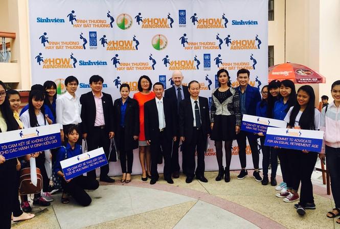 Các đại biểu khách mời, các nghệ sĩ chụp ảnh lưu niệm cùng sinh viên viên Đà Lạt. Ảnh: Ảnh: Dương Hồng Phương