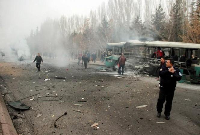 Cảnh tượng hãi hùng vụ đánh bom xe khiến hàng chục người thương vong