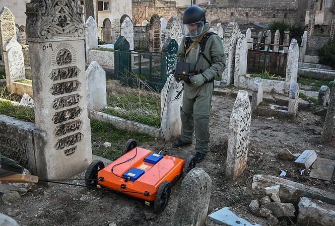Công binh Nga cày xới từng mét đất Aleppo