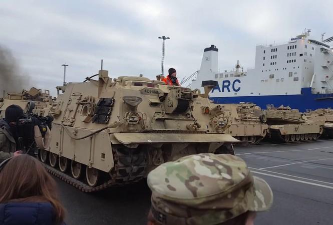 Hàng trăm xe quân sự Mỹ 'đổ bộ' châu Âu