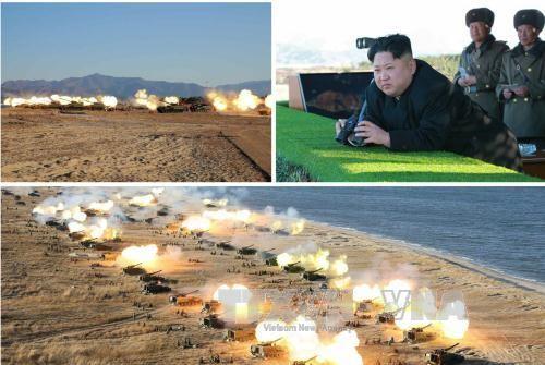 Nhà lãnh đạo Triều Tiên Kim Jong-un (ảnh trên, góc phải) thị sát và chỉ đạo một cuộc tập trận pháo binh. Ảnh: Yonhap/TTXVN