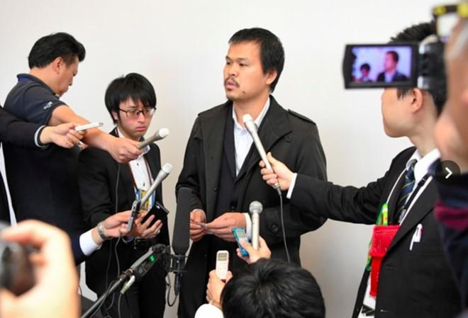 Ông Lê Anh Hào trả lời báo chí Nhật Bản. Ảnh: Asahi.