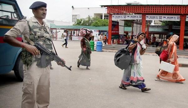 Binh sỹ Ấn Độ tăng cường kiểm tra an ninh tại Jammu, thủ phủ mùa Đông, bang Kashmir ngày 11/7. Ảnh: EPA