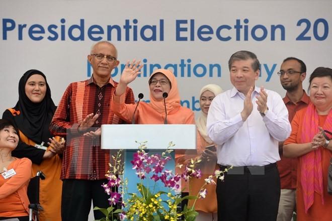 Tổng thống đắc cử Singapore Halimah Yacob (giữa) phát biểu trước người hâm mộ tại Trung tâm Ứng cử ở Singapore ngày 13/9. (Nguồn: AFP/TTXVN)