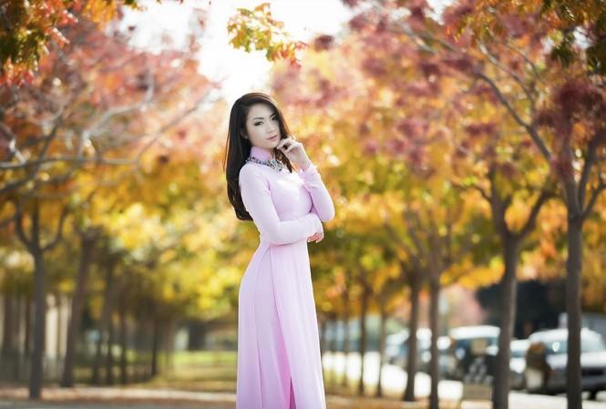 Trong tà áo dài lấy cảm hứng từ mùa cuối năm với sắc hồng ngọt ngào của NTK Thuận Việt, Hoa Hậu Jennifer Chung khoe vẻ đẹp tinh khôi và quyễn rũ giữa tiết trời mùa đông trên đất Mỹ.