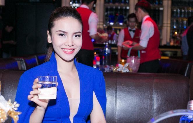 Yến Trang mặc áo xẻ táo bạo dự tiệc năm mới