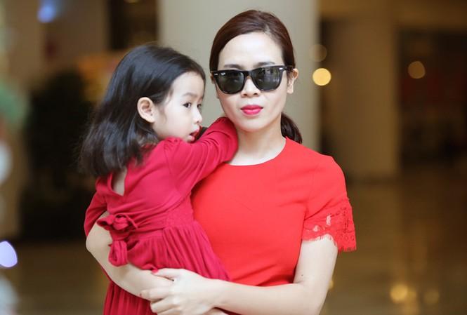 Lưu Hương Giang xách túi trăm triệu xuống phố cùng con gái
