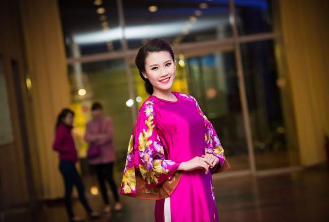 Người đẹp Thanh Tú duyên dáng và lộng lẫy với áo dài Lan Hương.