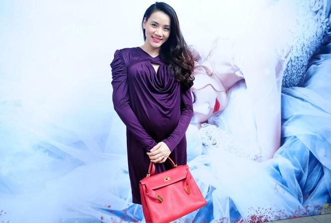 Trang Nhung 'vác' bụng bầu tới mừng Ngân Khánh ra mắt MV 'Người tạo giấc mơ'.