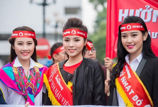 Người đẹp rạng rỡ tại Chủ Nhật Đỏ 2015 ở Hà Nội