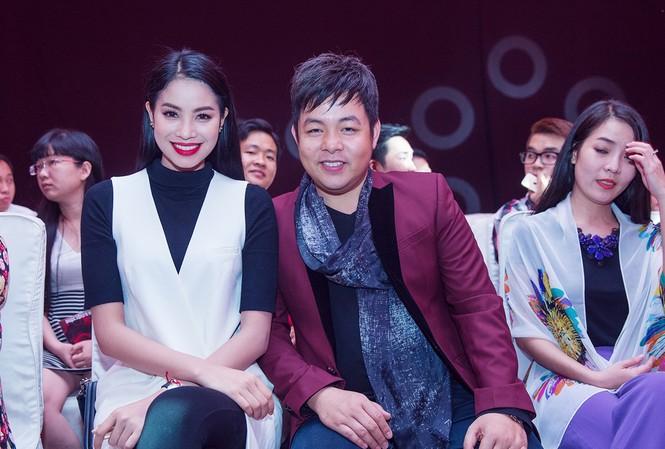Người đẹp Phạm Hương ngồi cạnh ca sĩ Quang Lê trên hàng ghế khán giả khi theo dõi show diễn của NTK Nhật Dũng.