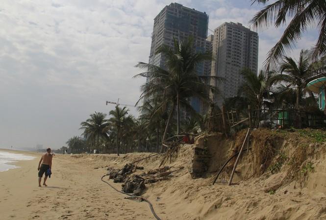 Bờ biển dài rộng bị sóng xói sạt tan hoang. Ảnh: Thanh Trần.