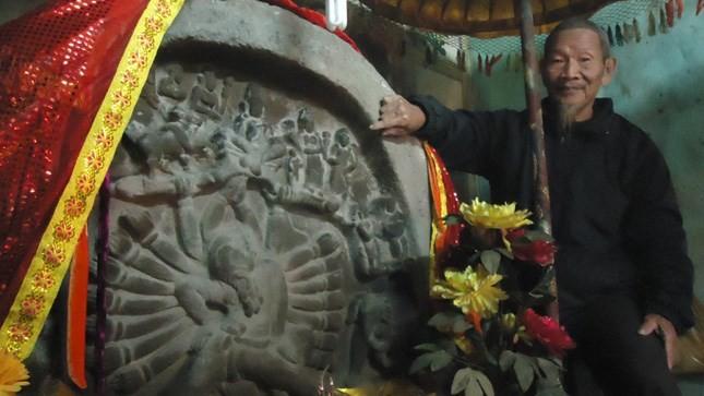 """Bức tượng được vua sắc phong """"Kỳ thạch phu nhân"""""""