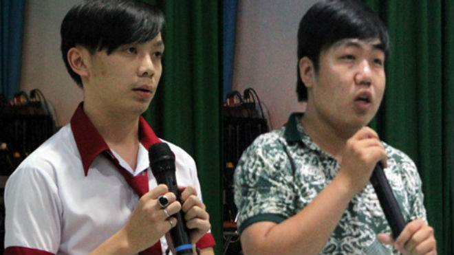 Cường (bên trái) và Lâm chia sẻ lại những 'thành tích' của mình với các bạn trong trường giáo dưỡng. Ảnh: Nguyễn Loan