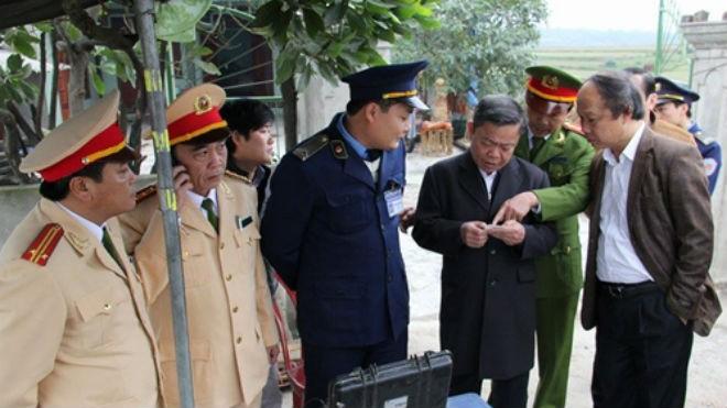 Chủ tịch tỉnh Hà Tĩnh Võ Kim Cự (thứ ba từ phải sang) cùng các lực lượng liên ngành tham gia kiểm tra thực trạng xử lý xe quá khổ, quá tải, hết hạn kiểm định vào sáng 3/1. Ảnh: Tiến Hiệp.