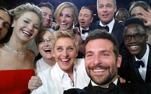 """Tác phẩm """"tự sướng"""" được tweet nhiều nhất từ trước tới nay chụp tại lễ trao giải Oscar năm 2014. Ảnh: AP."""