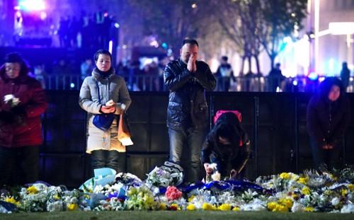 Người dân tưởng niệm các nạn nhân thiệt mạng trong vụ giẫm đạp ở Bến Thượng Hải. Ảnh: AFP
