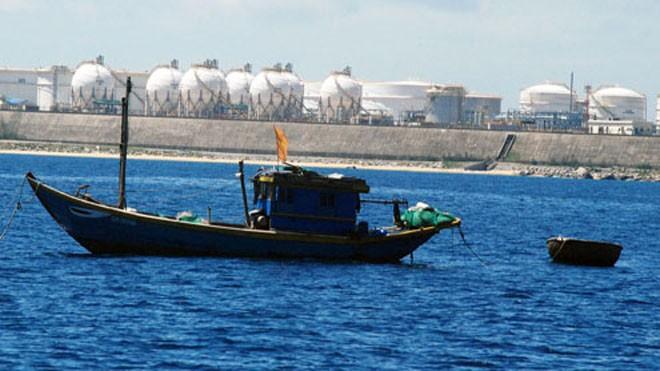 Ngư dân đánh bắt thủy sản gần nhà máy lọc dầu Dung Quất. Ảnh: Trí Tín.