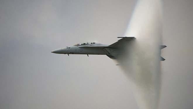 Máy bay chiến đấu tạo ra một cái nón từ hơi nước.