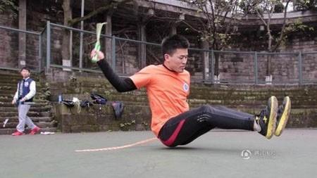 Yi Zhihua đã mất nhiều công sức, máu và nước mắt để tập luyện kỹ năng nhảy dây bằng mông.