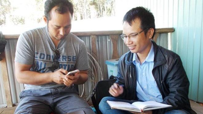 Siu Hril (bên trái) - người thầy của đồng bào dân tộc Jrai.