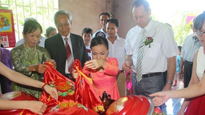 Lễ đính hôn của Khánh Xuân (áo dài đỏ) và Freddie Scott (áo trắng) tại nhà  - Ảnh do nhân vật cung cấp