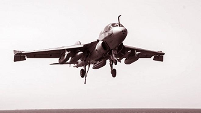 Chiếc EA-6B hạ cánh xuống tàu sân bay USS George H.W. Bush neo đậu ở vùng Vịnh sau khi không kích IS.