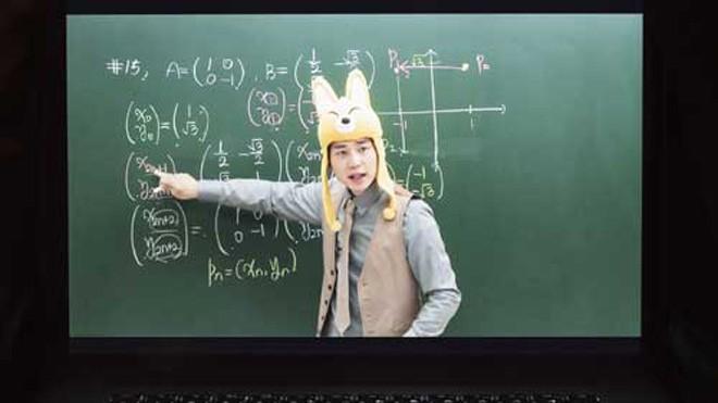 Cha Kil-yong là giáo viên toán trực tiếng nổi tiếng ở Hàn Quốc. Cha thường ăn mặc đôi chút khác thường mỗi lần lên hình giảng bài để thu hút sự chú ý của học sinh. Ảnh: Shin Woong-jae/The Washington Post.