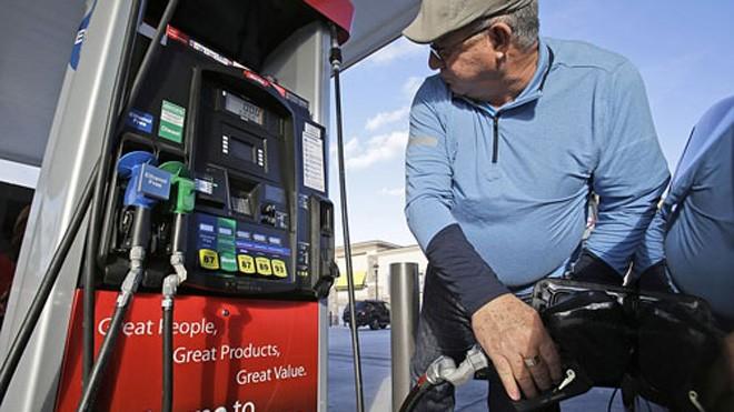Lần đầu tiên trong vòng hơn 5 năm, người tiêu dùng Mỹ nhìn thấy giá xăng trung bình xuống 2,19 USD mỗi gallon (tương đương 12.450 đồng một lít nếu quy ra tiền Việt).
