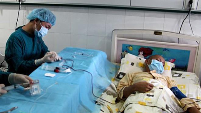 Ghép tế bào gốc tạo máu chữa ung thư máu tại Bệnh viện Truyền máu huyết học TP HCM. Ảnh:Bệnh viện cung cấp