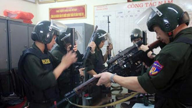 Các trinh sát đặc nhiệm Hà Nội chuẩn bị vũ khí lên đường làm nhiệm vụ.